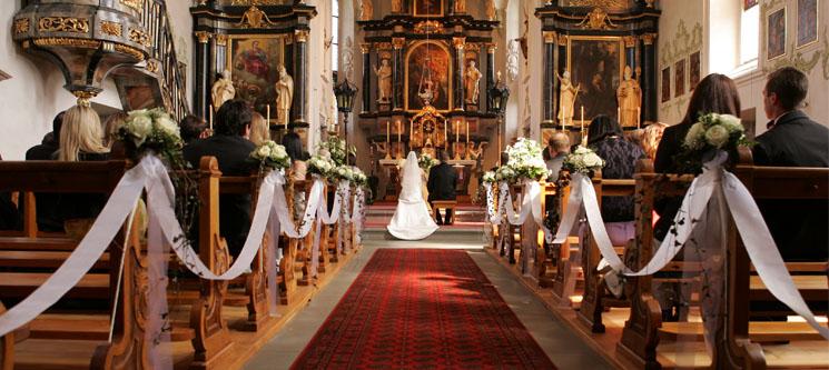 """d14dde1100 Az egyházi esküvő sokak számára csupán az esküvő egyik """"díszlete"""", a  templomi dekoráció pompájával, az esemény méltóságával, hagyományaival."""