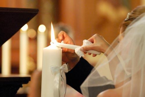"""5f1e2242aa Az egyházi esküvő sokak számára csupán az esküvő egyik """"díszlete"""", a  templomi dekoráció pompájával, az esemény méltóságával, hagyományaival."""